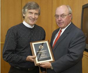 Leonard Gambrell receives his 2002 teaching award from Regent James Klauser.